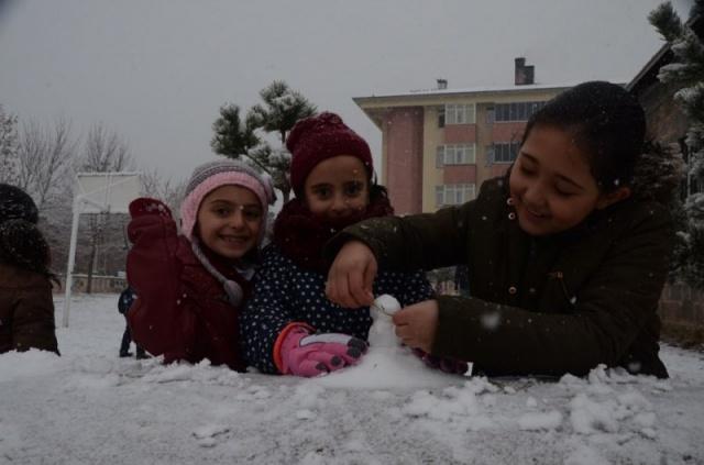 Sabah saatlerinde Kars'ta etkili olan yağışın ardından Ordu ile Giresun'un yüksek kesimlerinde ve Tunceli'de de kar yağışı etkili oluyor.