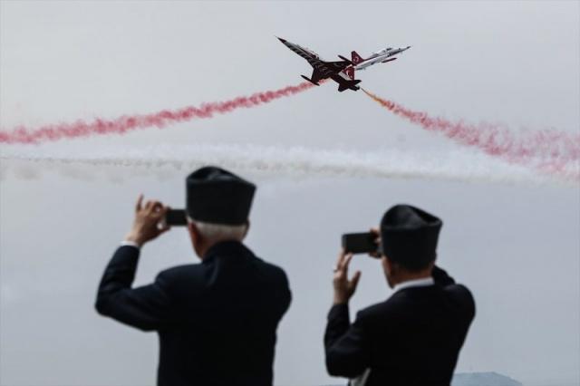 AA  Çanakkale Kara Savaşlarının 104. yılı dolayısıyla Şehitler Abidesi'nde anma töreni düzenlendi. Hava Kuvvetleri Komutanlığının akrobasi ekibi Türk Yıldızları, gösteri uçuşu yaptı.