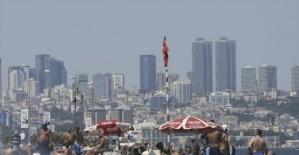 İstanbullular sıcak havada Sarayburnu'nda serinledi