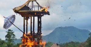 Endonezya'da ölü yakma töreni