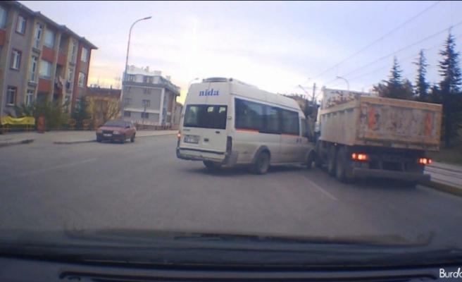 Kazadan kıl payı kurtulma anı araç kamerasında