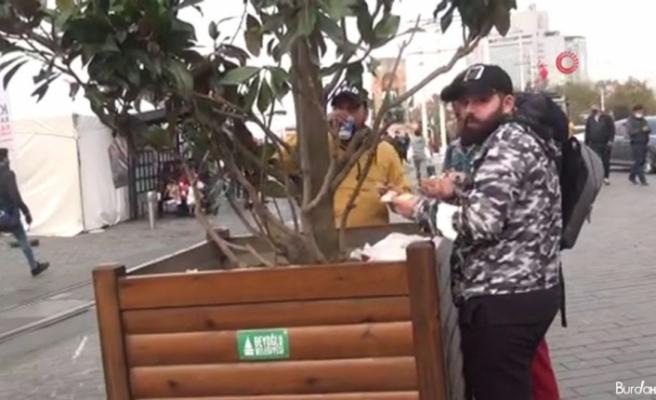Kısıtlama sonrası restorana giremeyenler yemeklerini sokakta yedi
