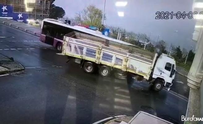 Yolcu otobüsü ile kamyonun çarpıştığı kaza güvenlik kamerasında