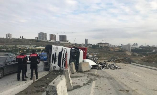 Başakşehir'de hurda yüklü tır devrildi, sürücü camı kırarak dışarı çıktı