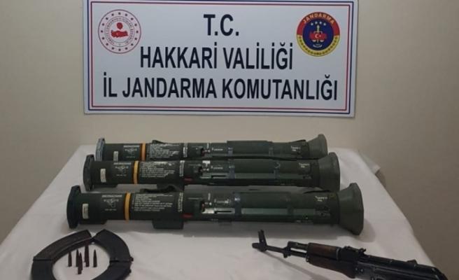 Hakkari'de AT-4 tanksavar silahı ve mühimmat ele geçirildi