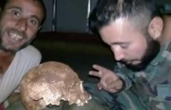 Esad rejimi askerleri mezardan kafatası çıkartıp video çekti