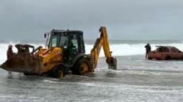 2 metrelik dalgaların arasında cipiyle mahsur kaldı
