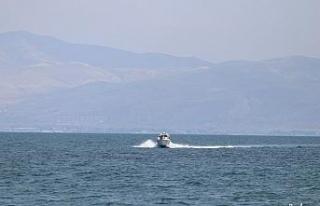 Van Gölü'nde batan tekneyi arama çalışmaları...