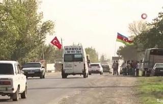 Azerbaycanlılar Azerbaycan ve Türk bayraklarıyla...