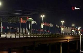 İsrailli aktivistler, BAE ve Bahreyn bayrakları...