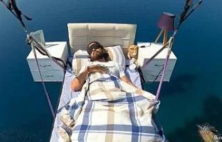 Yatakla uçtu, gökyüzünde uyudu