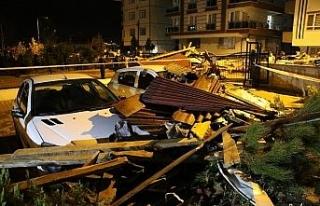 Başkent'te şiddetli fırtına binaların çatısını...