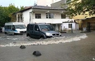 İstanbul'da yoğun yağış etkili oldu, yollar...