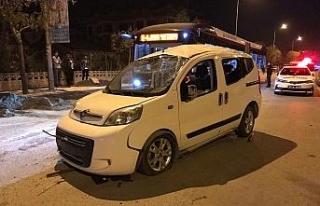 Ticari araç karşı şeride geçti otomobile çarptı:...