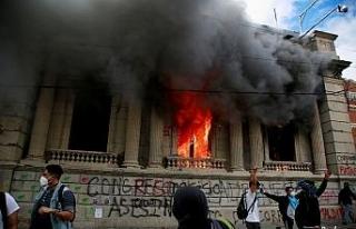 Guatemala'da göstericiler Kongre binasını basıp...