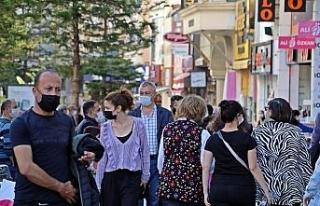 Kısıtlamaya saatler kala Antalyalılar sokaklara...