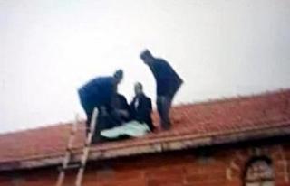Takla atan araçtan savrulan sürücü evin çatısına...