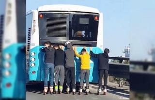 Halk otobüsünün arkasında çocukların tehlikeli...