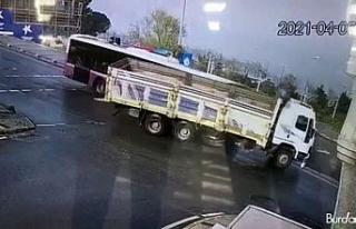 Yolcu otobüsü ile kamyonun çarpıştığı kaza...