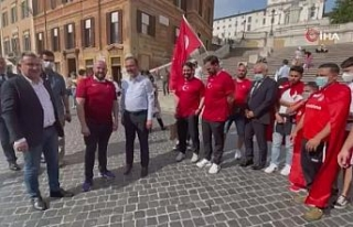 Bakan Kasapoğlu, İtalya'da taraftarlarla milli...