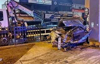 Beşiktaş'ta demir korkuluklara çarpan otomobil...