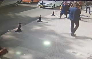 Aniden yola fırlayan çocuğa otomobilin çarptığı...
