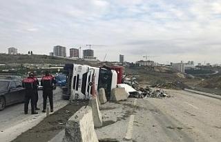 Başakşehir'de hurda yüklü tır devrildi, sürücü...