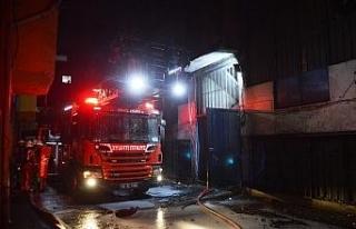 Bayrampaşa'da cila atölyesinde yangın: 1 itfaiye...