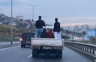 Sancaktepe'de 4 kişinin kamyonet kasasındaki tehlikeli...