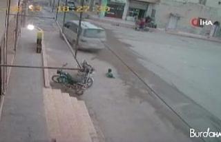 Suriye'de üzerinden araç geçen çocuk ölümden...