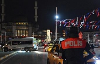 Taksim'de polisin denetlediği taksiciye yoldan...