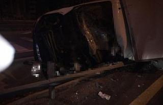 Yarış atı taşıyan kamyon devrildi: 2 ölü, 1...