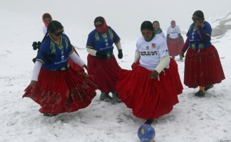 Bolivyalı dağcı kadınlardan 5 bin 890 metre yükseklikte futbol maçı