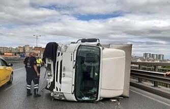 Bayrampaşa'da zincirleme kazada kamyonet devrildi: 2 yaralı
