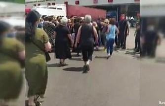 Gürcistanlı kadın işçiler, Sarp Sınır Kapısı'nın açılmamasını protesto etti