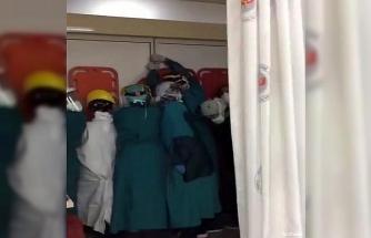 Acil serviste hayatını kaybeden kişinin yakınları hastaneyi bastı, sağlık çalışanları sedyeyle korunmaya çalıştı