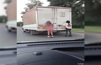 Antalya'da patenci kızların kamyonet arkasında tehlikeli oyunu