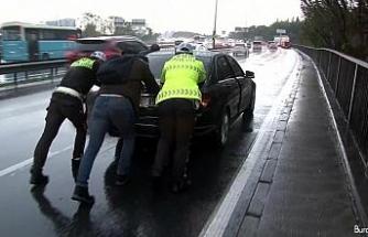 E-5'te mahsur kalan araçları polis ekipleri iterek kurtardı