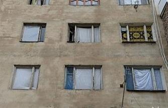füze saldırısı sonucu camları kırılan savaşzedeler kırılan camlarını naylon ve kilimle örttü