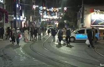 Vatandaşlar kısıtlamaya rağmen İstiklal Caddesi'nden ayrılmadı
