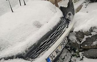 Kar yağışı nedeniyle kayganlaşan yolda 6 araca çarptı