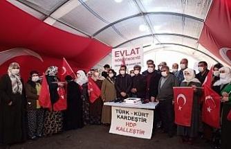 Evlat nöbetindeki aileler Cumhurbaşkanı Erdoğan'ın doğum gününü kutladı
