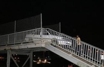 Adana'da bir garip olay! Yaya köprüsünden geçmeye çalışan otomobil korkuluklara sıkıştı