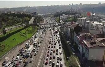 İstanbul'da yüzde 74'lere ulaşan trafik yoğunluğu havadan görüntülendi