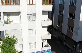 2. kattaki dairenin balkonunda çökme yaşandı bina boşaltıldı