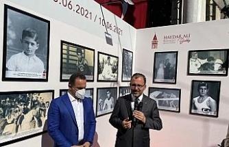 """Bakan Kasapoğlu, başkonsoloslarla """"Altın Kalpli Eldiven"""" Sergisini gezdi"""