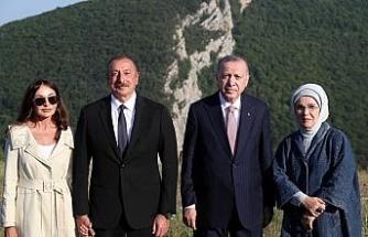 Cumhurbaşkanı Erdoğan, Şuşa'daki tarihi yerleri gezdi