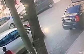 Esenyurt'ta, okuldan eve dönen kız çocuğuna otomobil çarpması kamerada