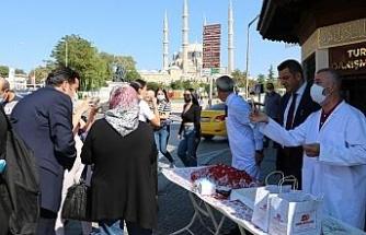 Dünya Turizm Günü'nde vatandaşlara kavala kurabiyesi ve tava ciğer ikram edildi