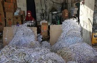 """Evlerinden edilen Suriyeli kadınlar, """"ilkel"""" karton geri dönüşüm fabrikasında çalışıyor"""